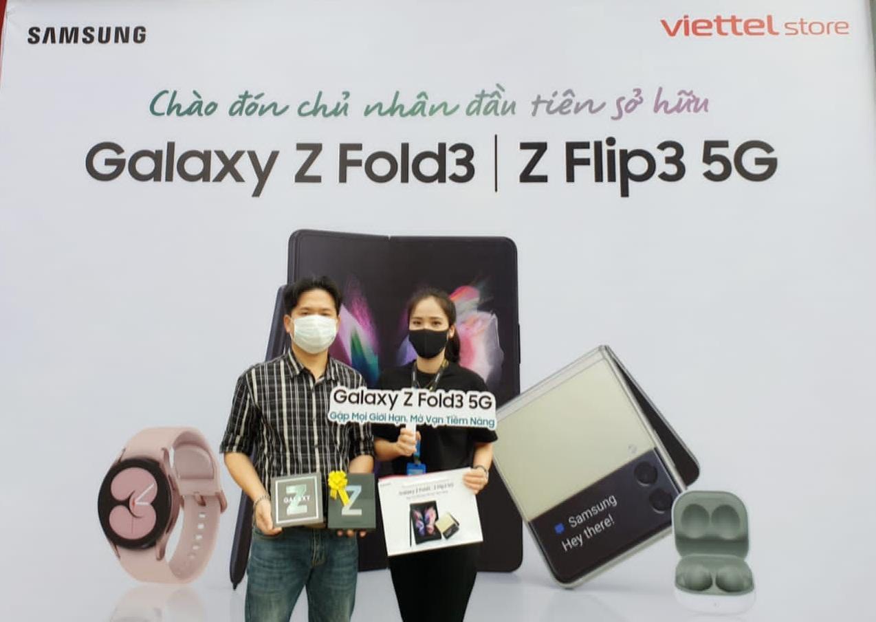 Bán sạch hàng, Samsung giao siêu phẩm Galaxy Z đến tay khách trong không khí hào hứng chưa từng có - Ảnh 2.