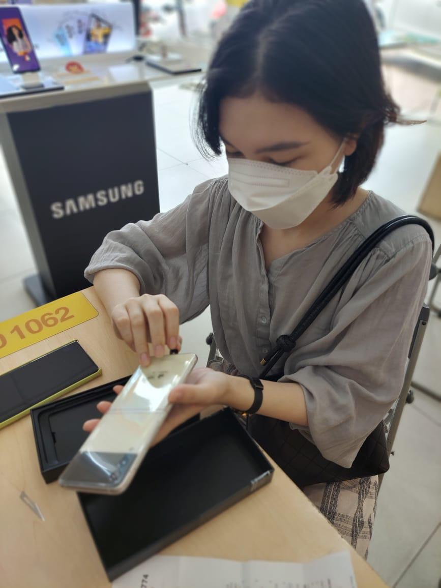 Bán sạch hàng, Samsung giao siêu phẩm Galaxy Z đến tay khách trong không khí hào hứng chưa từng có - Ảnh 3.