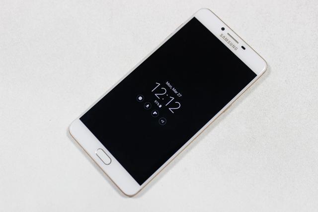 """C9 Pro """"hạ gục"""" sự lựa chọn của tôi bằng cú knock out cuối cùng về thương hiệu và giá cả. Nhắc đến Samsung là nhắc đến một tên tuổi luôn cải tiến từng ngày và đem đến cho người dùng những dòng sản phẩm chất lượng, giá cả hợp lí. C9 Pro tôi đang cầm trên tay là một điển hình. Tôi vô cùng hài lòng với một chiếc máy siêu ngon trong việc chơi game mà vẫn phù hợp với túi tiền tôi đang sở hữu. Và không còn nghi ngờ gì nữa, Samsung Galaxy C9 Pro đích thị là smartphone hỗ trợ game di động tốt nhất hiện nay, nó là sự lựa chọn hàng đầu cho các game thủ di động."""