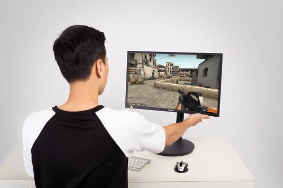 Với Samsung CFG70, game thủ thay đổi chiều cao, góc nhìn và vị trí của màn hình một cách cực kỳ tiện lợi.