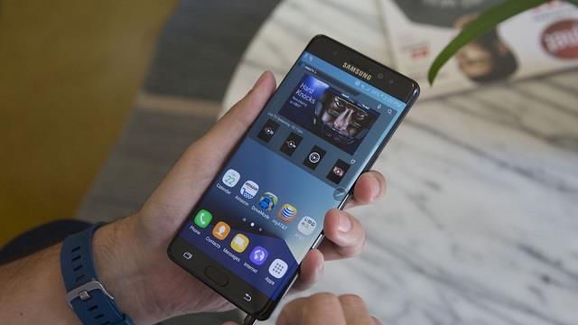Galaxy Note FE thừa hưởng thiết kế sang trọng của Note 7 với mặt lưng làm bằng kính và khung kim loại, cong đều về hai bên. Thiết kế này giúp tạo cảm giác thoải mái khi cầm máy và vẫn đang là xu hướng hot nhất trên thị trường smartphone hiện nay.