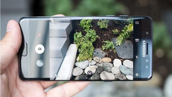 Galaxy Note FE sở hữu phần cứng camera không khác gì chiếc Galaxy S8 cao cấp với cảm biến 12MP cùng khẩu độ f/1.7. Bên cạnh đó, nó còn được trang bị rất nhiều tính năng tân tiến như Dual-Pixel và chống rung quang học, điện tử.