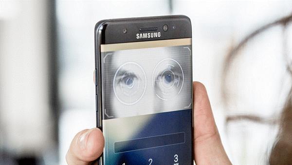 Samsung đã trang bị cho Galaxy Note FE rất nhiều phương thức bảo mật quen thuộc, từ mã PIN, mẫu hình cho đến cảm biến vân tay và đặc biệt là quét mống mắt hiện đại.