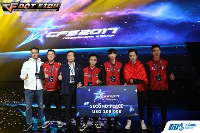 Ông Nguyễn Ngọc Anh (thứ 3 từ trái sang) chúc mừng niềm vui của đoàn Thể thao điện tử Việt Nam.