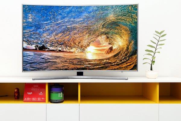 Những chiếc TV màn hình cong luôn mang đến một vẻ đẹp cuốn hút ngay từ cái nhìn đầu tiên. Đường cong mềm mại của chiếc TV sẽ là điểm nhấn cho căn phòng khách nhà bạn trở nên sang trọng hiện đại. Chính vì vậy TV màn hình cong vẫn luôn được số đông người dùng ưa thích.