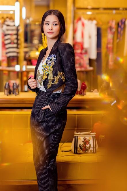 Đông Nhi hoá quý cô hàng hiệu sang chảnh với Dolce Gabbana - Ảnh 1.