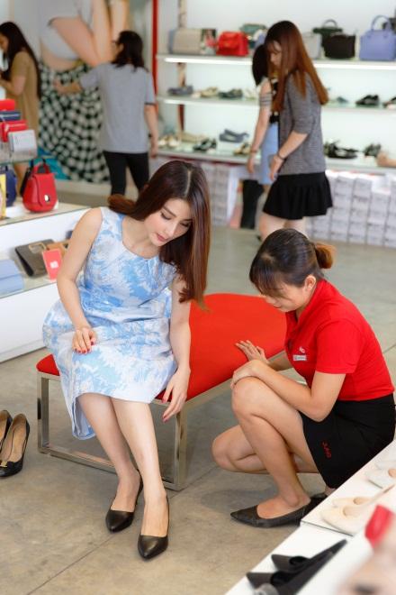 Ngắm Diễm My 9X, Angela Phương Trinh sang chảnh khi diện giày thương hiệu Việt - Ảnh 8.
