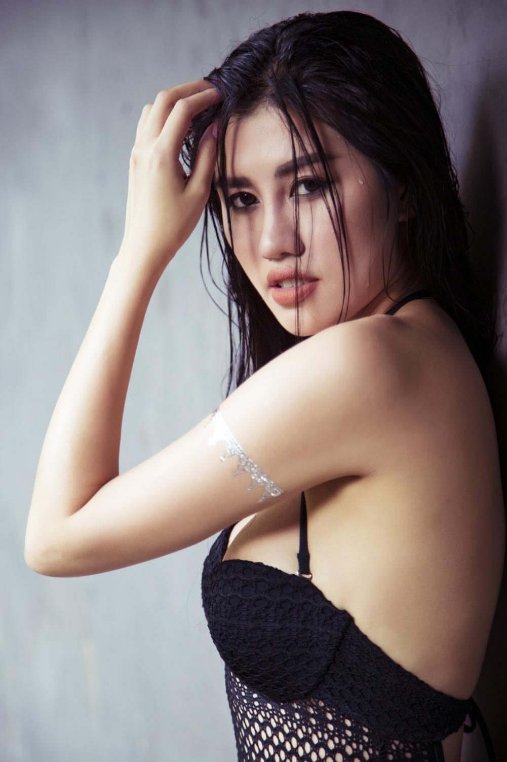 Emily Hồng Nhung khoe thân hình nóng bỏng với bikini tại quốc đảo sư tử - Ảnh 1.