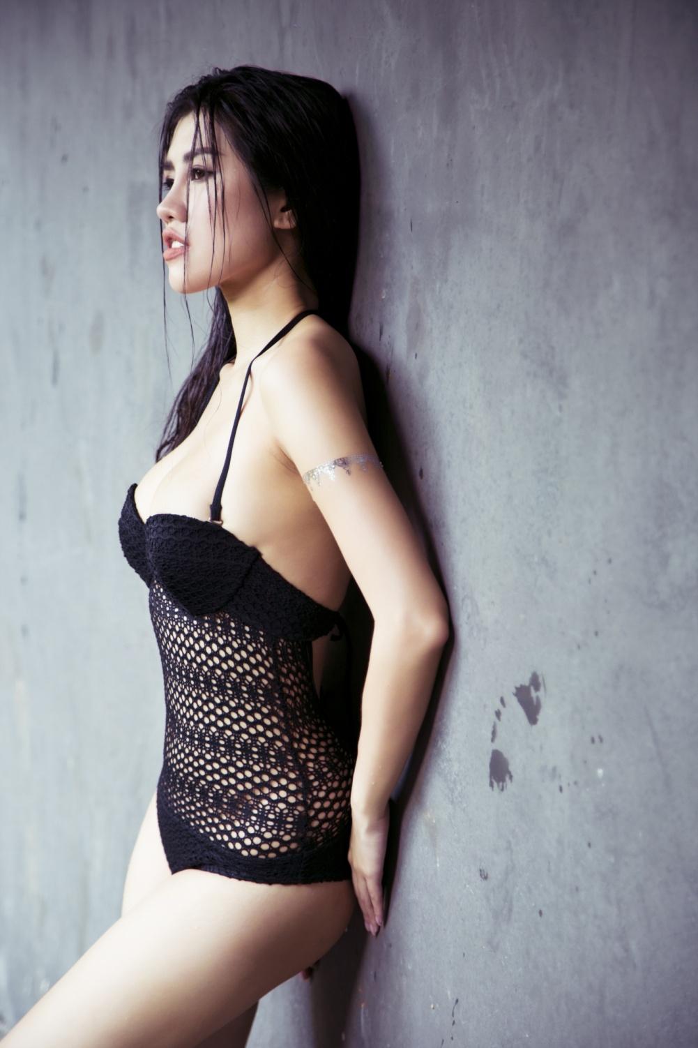 Emily Hồng Nhung khoe thân hình nóng bỏng với bikini tại quốc đảo sư tử - Ảnh 2.