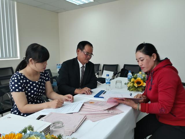 Cư dân chung cư Vicoland Đà Nẵng ký nhận sổ hồng.