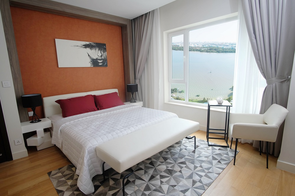 Master bedroom sử dụng tone màu trẻ trung có tầm nhìn đắt giá về sông Sài Gòn.