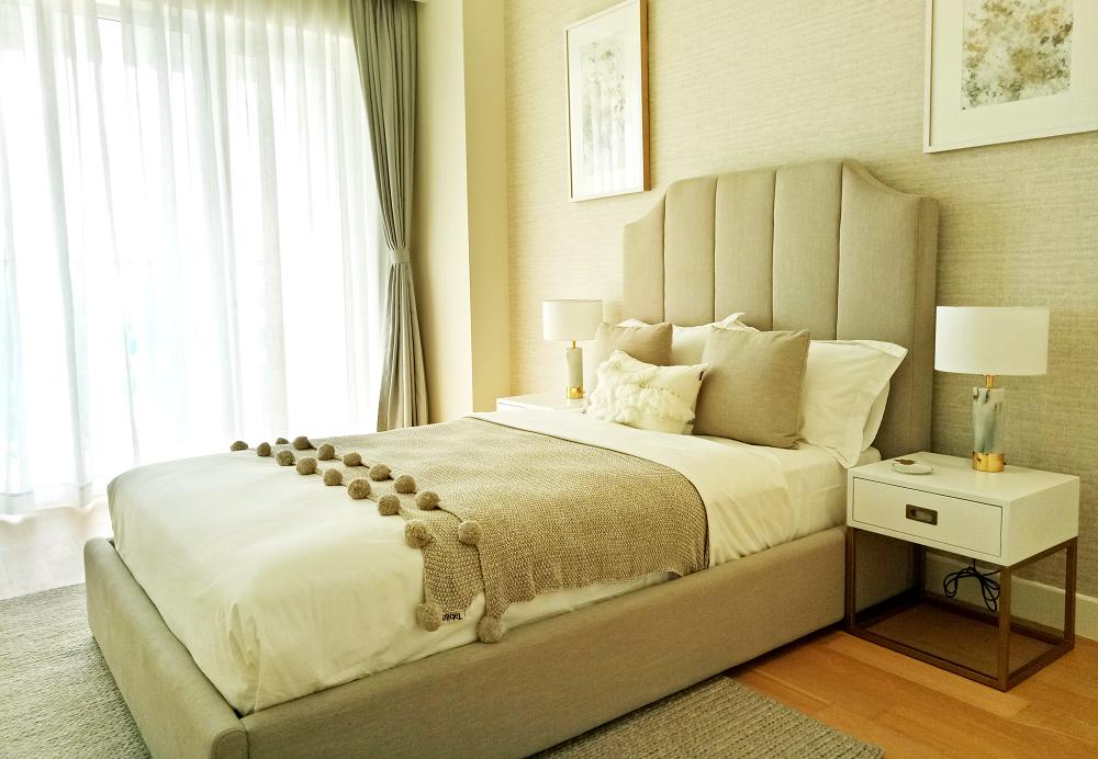 Phòng ngủ sang trọng có sắc màu trắng ngà và màu cát cổ điển.