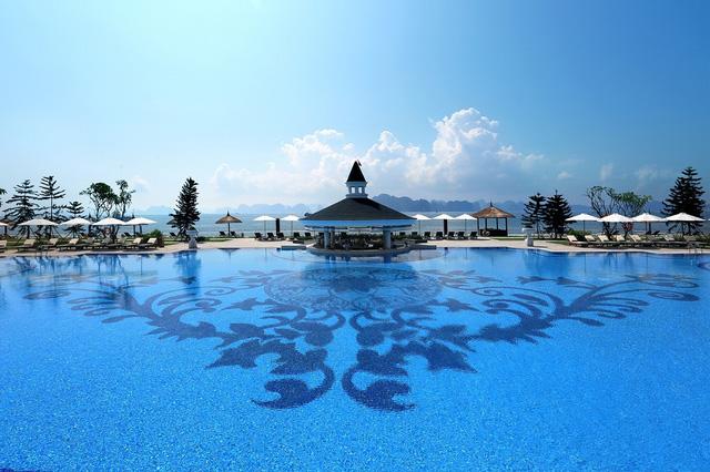 Bể bơi ở Vinpearl Hạ Long Bay Resort do HVC lắp đặt.