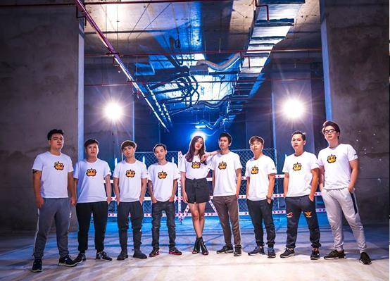 QTV cùng đồng đội trong trang phục của CubeTV.