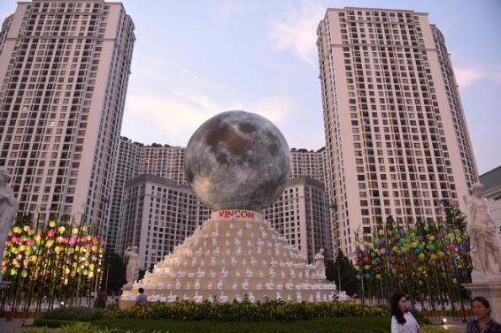 Hàng ngàn người hào hứng chiêm ngưỡngVạn thỏ ngắm siêu trăng tại Royal City - Ảnh 1.