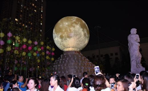Hàng ngàn người hào hứng chiêm ngưỡngVạn thỏ ngắm siêu trăng tại Royal City - Ảnh 3.