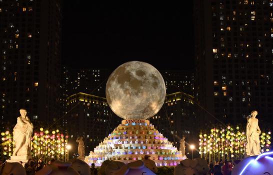 Hàng ngàn người hào hứng chiêm ngưỡngVạn thỏ ngắm siêu trăng tại Royal City - Ảnh 4.