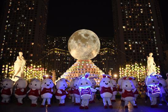 Hàng ngàn người hào hứng chiêm ngưỡngVạn thỏ ngắm siêu trăng tại Royal City - Ảnh 9.