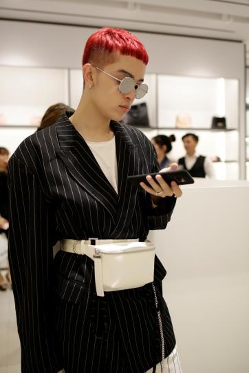 Sau Fashion Week, Kelbin Lei tái xuất nổi bật tại Charles & Keith Vincom Đồng Khởi - Ảnh 4.