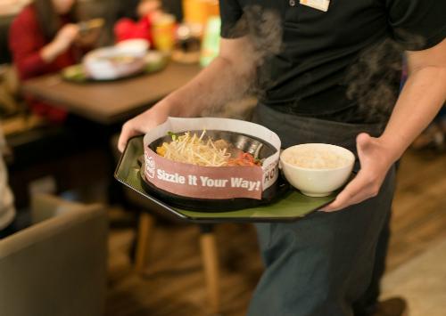 Giới trẻ hào hứng tự chế beefsteak tại bàn với thực đơn tùy chọn kiểu Nhật - Ảnh 2.