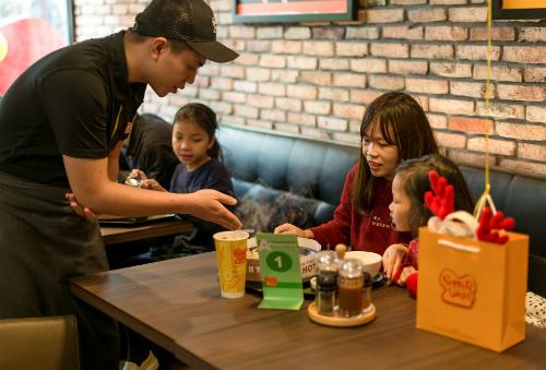 Giới trẻ hào hứng tự chế beefsteak tại bàn với thực đơn tùy chọn kiểu Nhật - Ảnh 4.