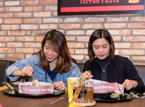 Giới trẻ hào hứng tự chế beefsteak tại bàn với thực đơn tùy chọn kiểu Nhật - Ảnh 5.