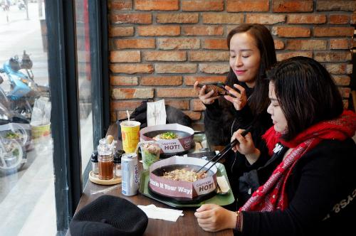 Giới trẻ hào hứng tự chế beefsteak tại bàn với thực đơn tùy chọn kiểu Nhật - Ảnh 6.