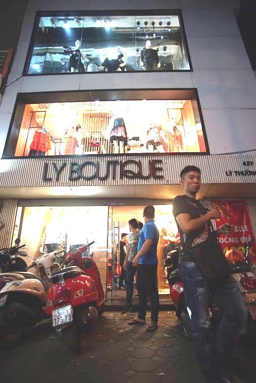 """Dân tình """"phát sốt"""" chen nhau mua hàng hiệu sale cực khủng tại Lý Thường Kiệt – Hà Nội - Ảnh 10."""