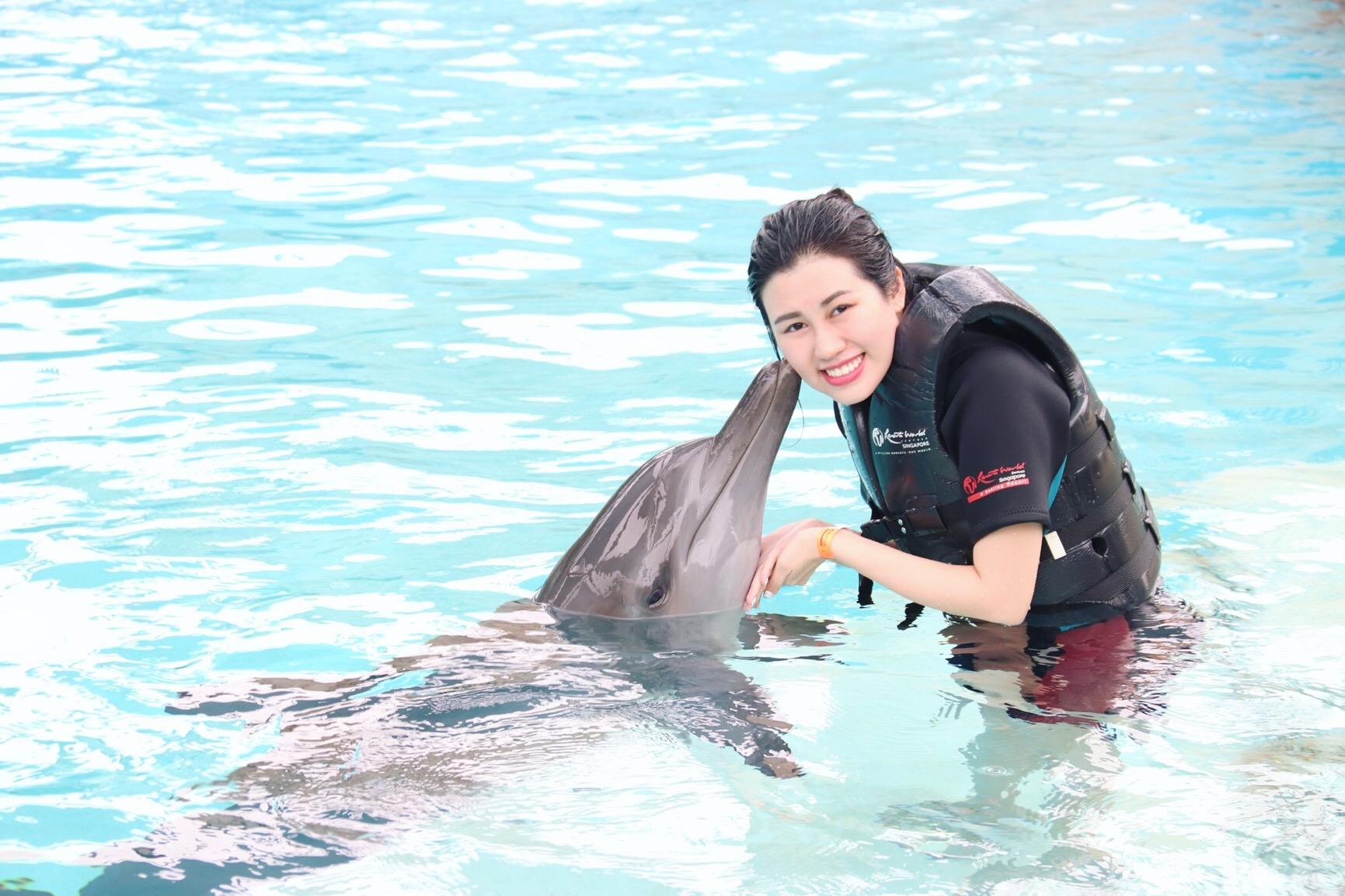Hoa hậu Du lịch Emily Hồng Nhung đón sinh nhật đặc biệt cùng những chú cá heo tại Singapore - Ảnh 1.