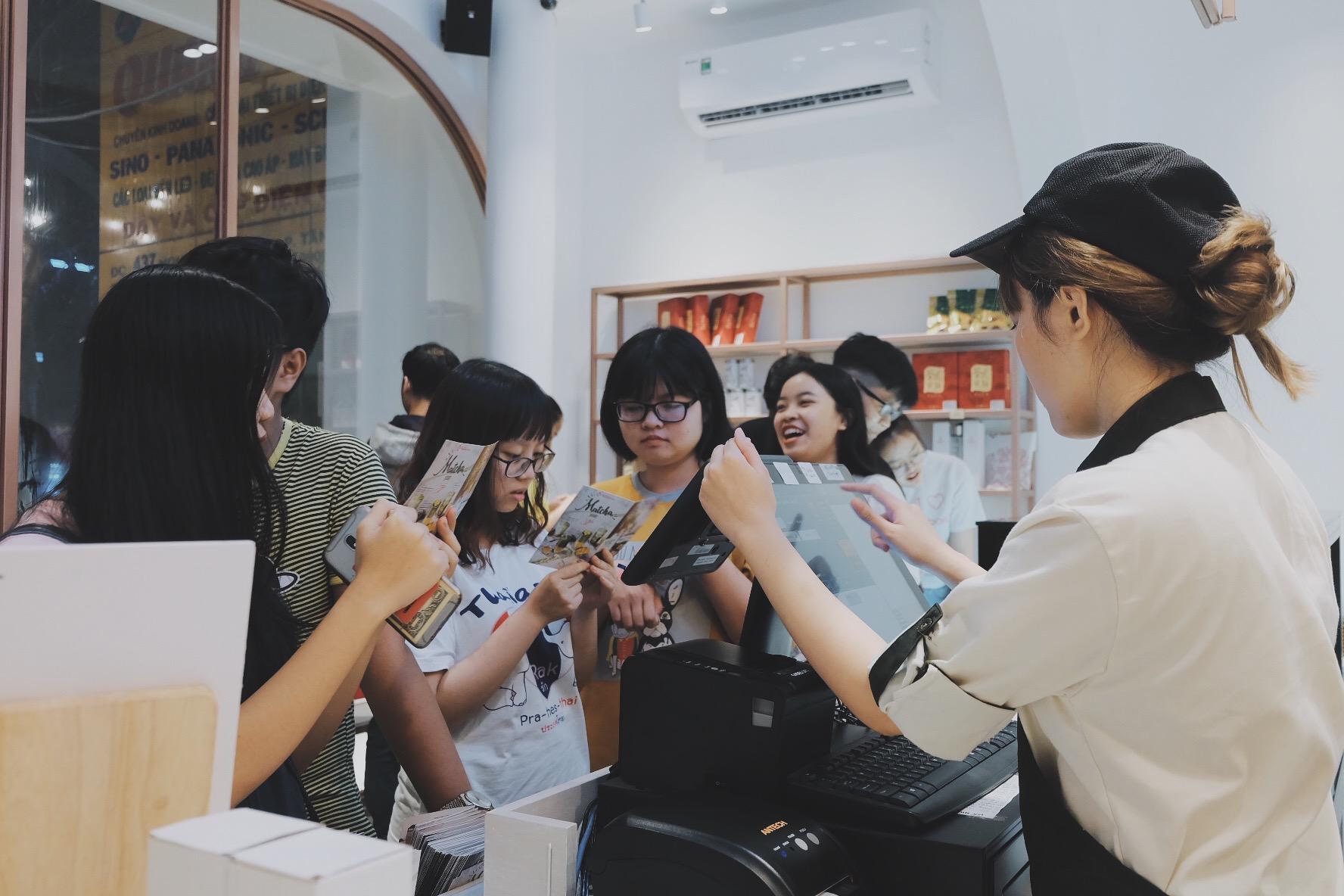Bất chấp trời mưa, giới trẻ vẫn rồng rắn xếp hàng để mua trà sữa - Ảnh 2.