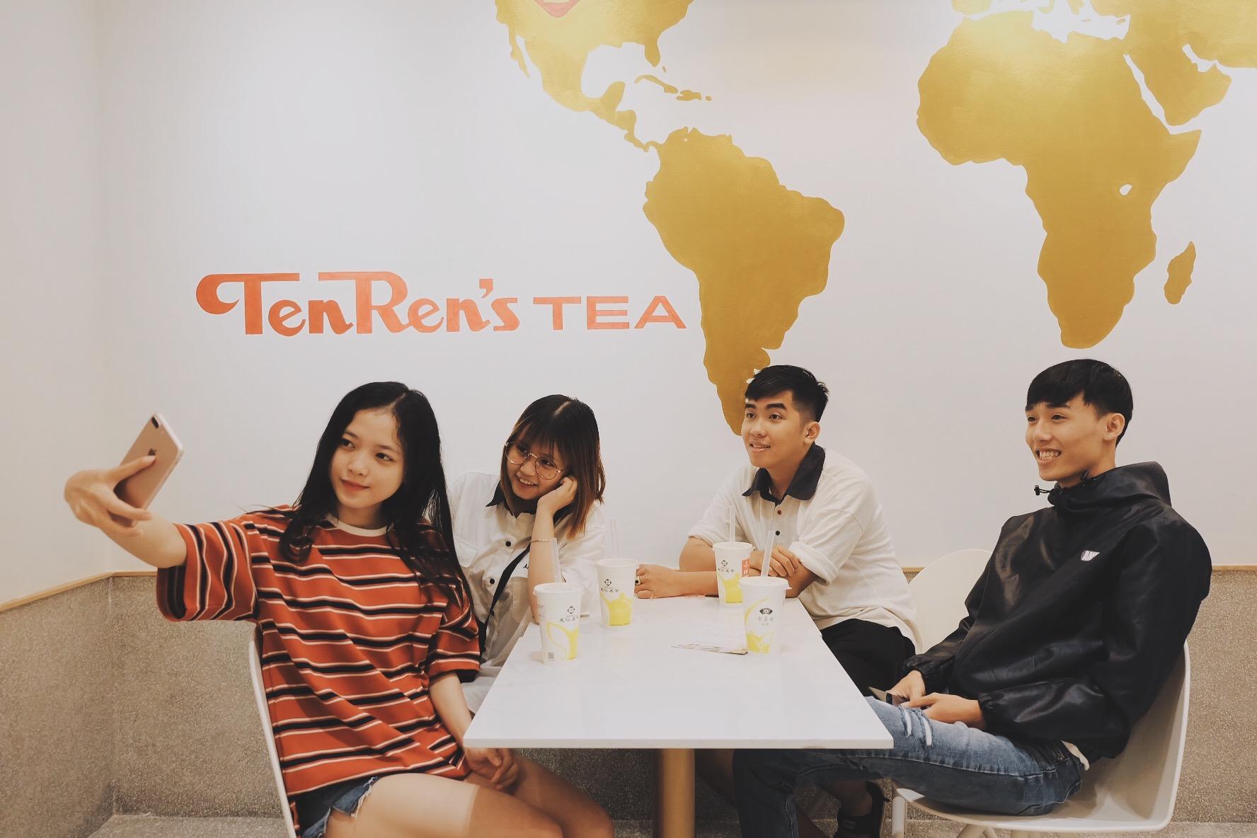 Bất chấp trời mưa, giới trẻ vẫn rồng rắn xếp hàng để mua trà sữa - Ảnh 5.