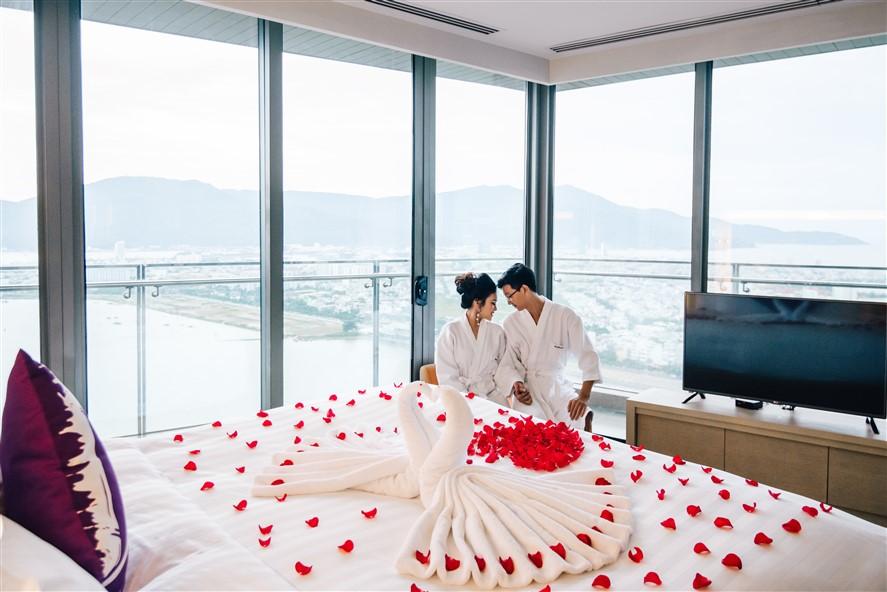 Show thời trang cưới độc lạ trên hồ bơi vô cực Novotel Đà Nẵng - Ảnh 1.