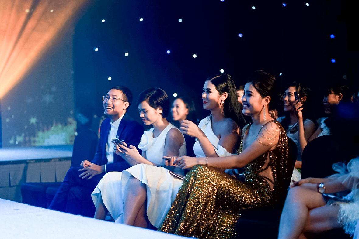 HH Ngọc Hân say sưa cổ vũ màn trình diễn cực sung của Isaac trên sân khấu Hà thành - Ảnh 3.