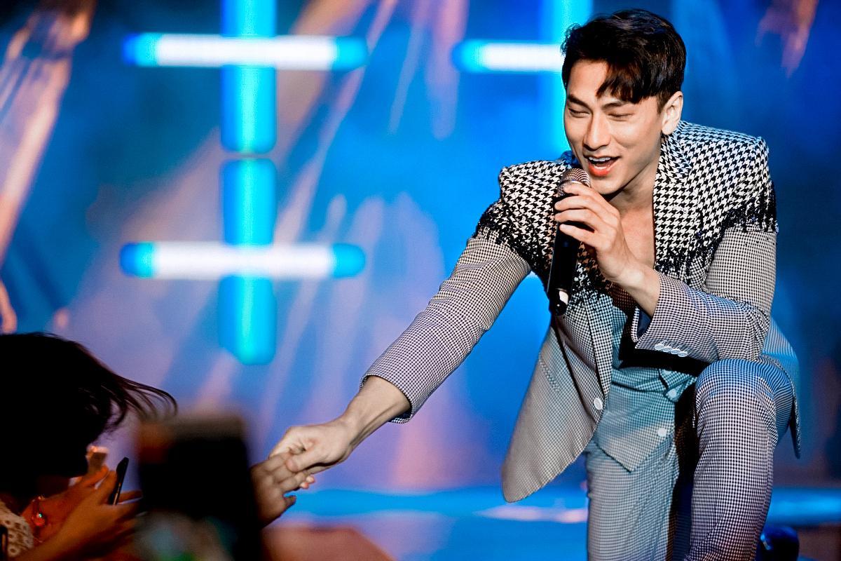 HH Ngọc Hân say sưa cổ vũ màn trình diễn cực sung của Isaac trên sân khấu Hà thành - Ảnh 5.