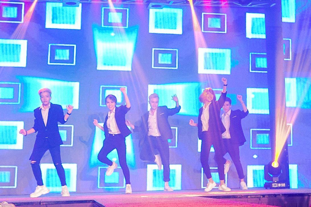HH Ngọc Hân say sưa cổ vũ màn trình diễn cực sung của Isaac trên sân khấu Hà thành - Ảnh 6.