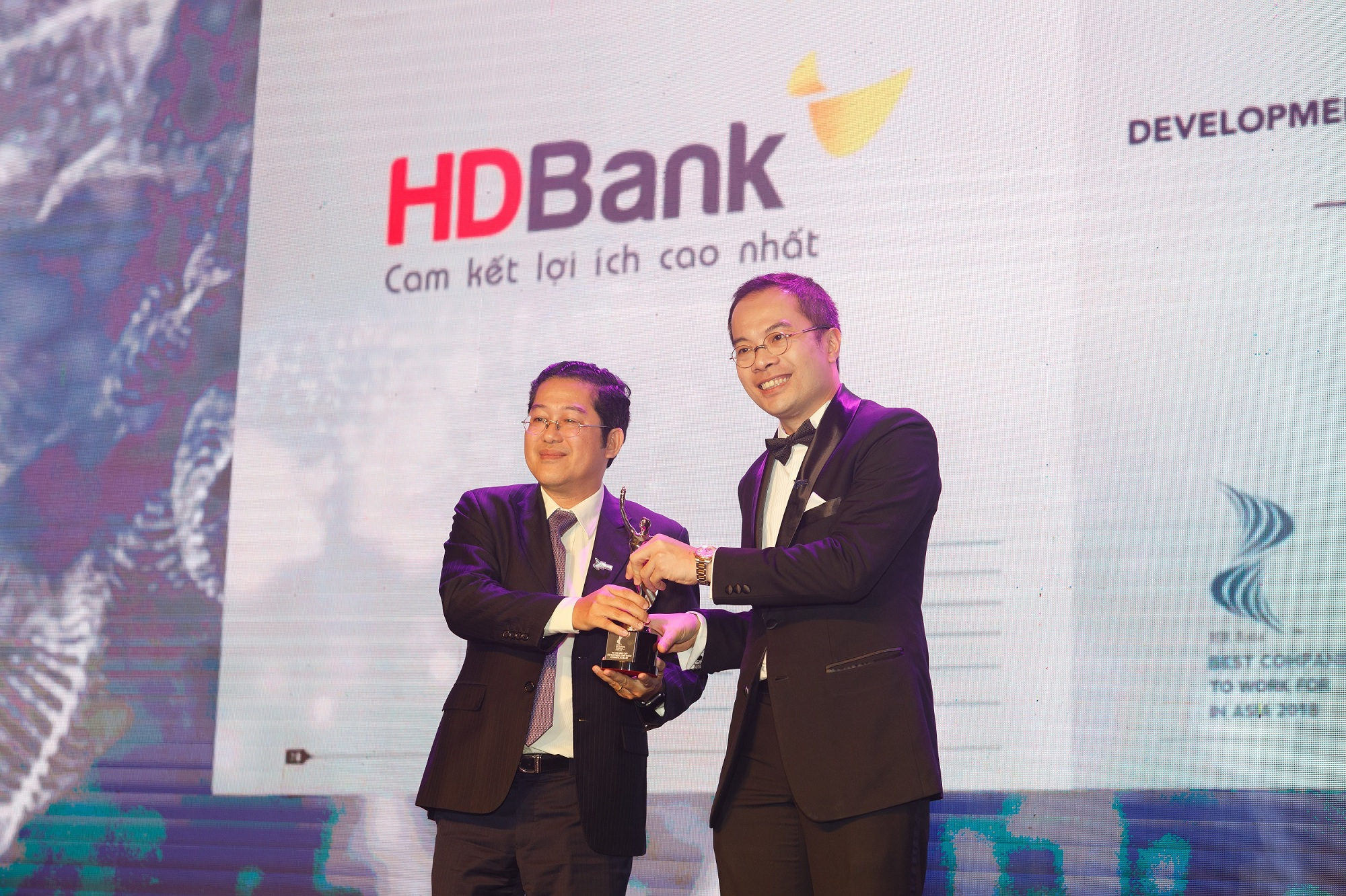 HDBank được bình chọn là nơi làm việc tốt nhất châu Á năm 2018 - Ảnh 2.