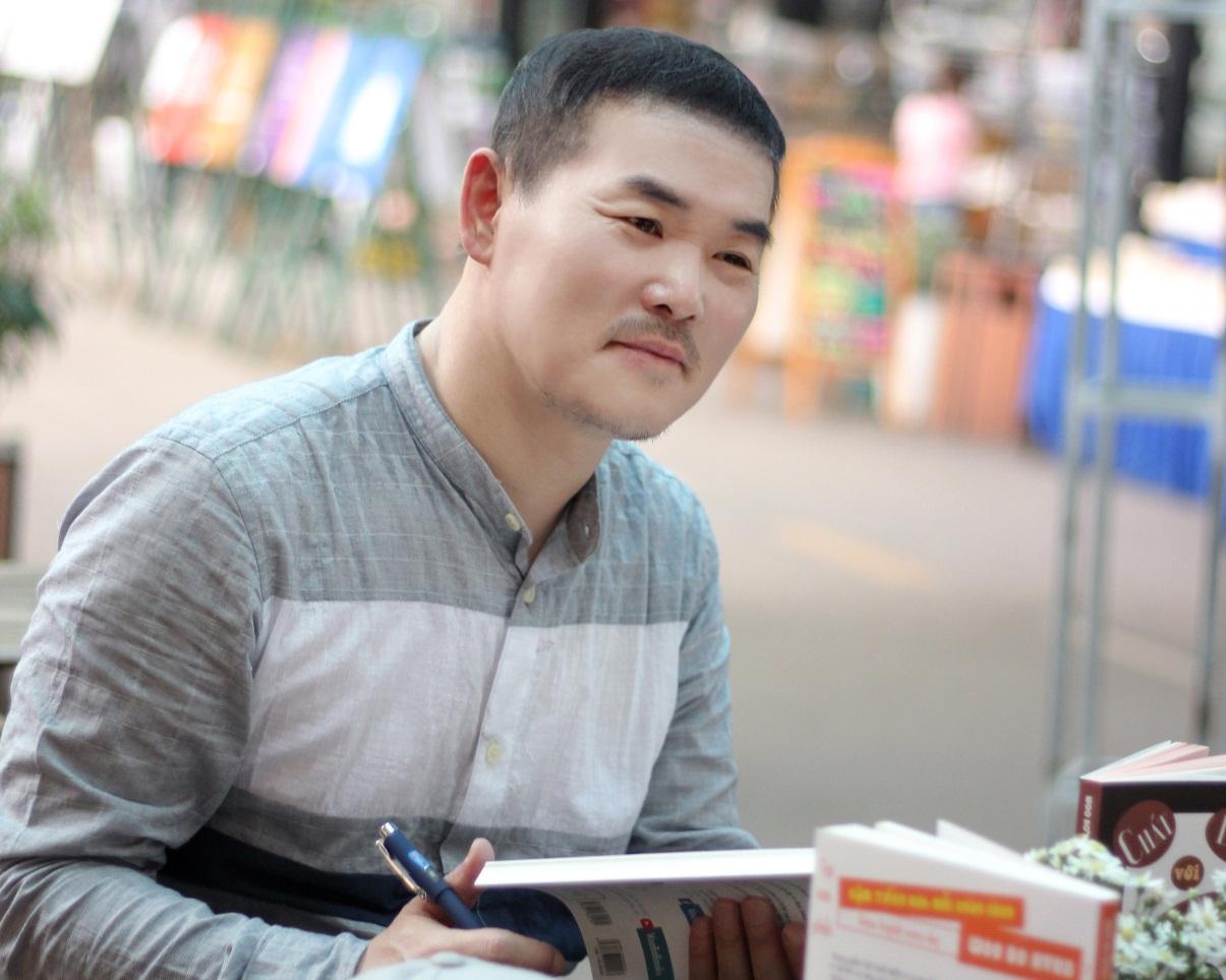"""Sao phim Hàn """"Gia Đình Là Số 1"""" phấn khích với quyển sách nào ở Việt Nam? - Ảnh 3."""