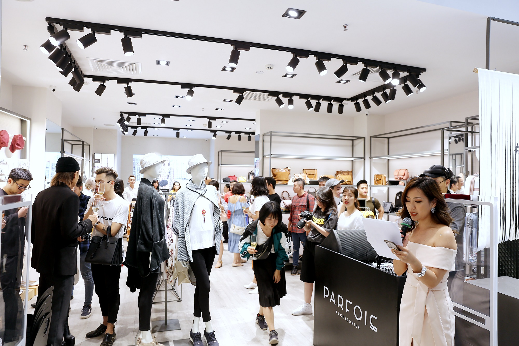 Châu Bùi, Phí Phương Anh cùng đông đảo tín đồ thời trang hội tụ tại cửa hàng phụ kiện đầu tiên của PARFOIS - Ảnh 9.