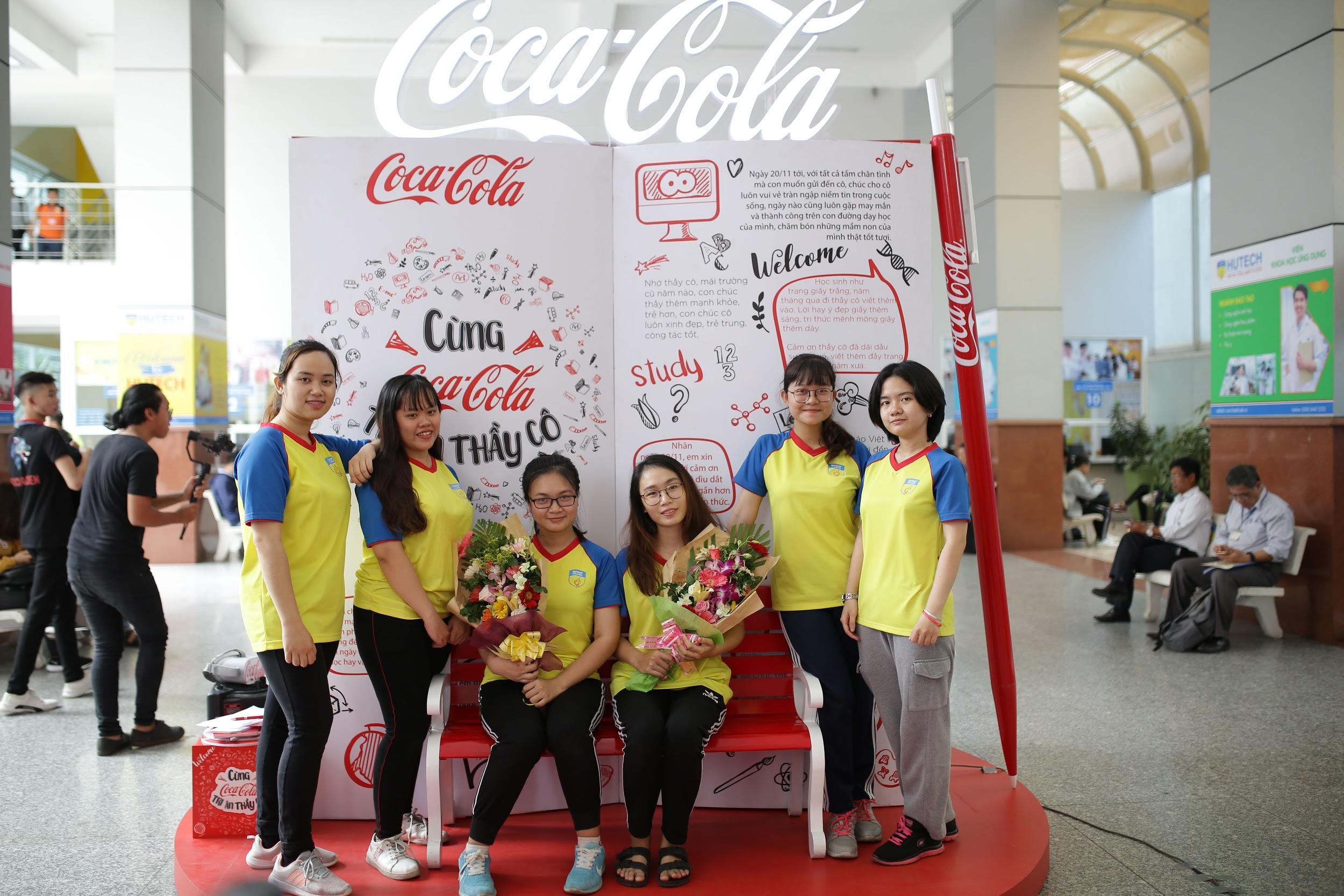 """Loạt ảnh rạng ngời của sinh viên trong sự kiện """"Cùng Coca-Cola tri ân thầy cô"""" - Ảnh 1."""