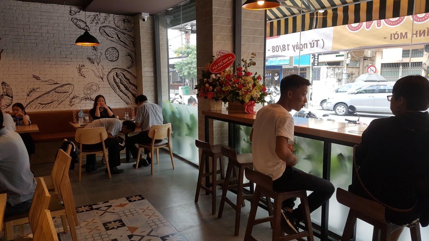 Bật mí sức hút của cửa hàng bánh mì tồn tại suốt 14 năm trong lòng người Sài Gòn - Ảnh 1.