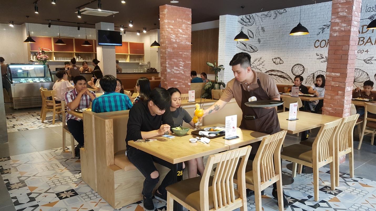 Bật mí sức hút của cửa hàng bánh mì tồn tại suốt 14 năm trong lòng người Sài Gòn - Ảnh 2.
