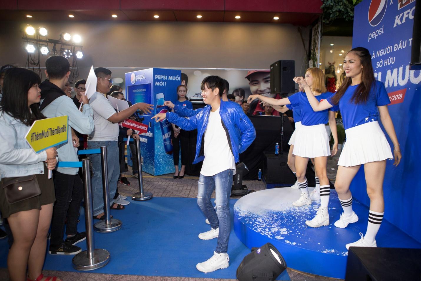 """Thật bất ngờ: Pepsi Muối ra mắt hoành tráng khiến người hâm mộ ví như """"iPhone"""" của làng nước giải khát - Ảnh 6."""