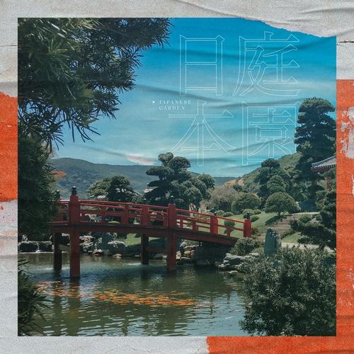 Khu Vườn Nhật Bản với cây cầu đỏ rực rỡ bắc qua một hồ cá Koi.