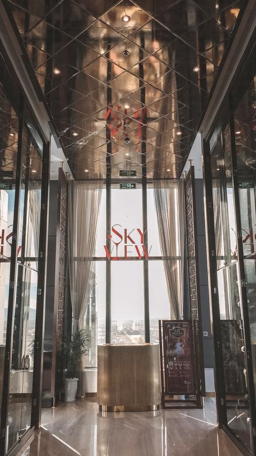 Tầng trên cùng là nhà hàng Skyview, nơi bạn có thể thưởng ngoạn cảnh đẹp thành phố Hà Tĩnh vớI tầm nhìn toàn cảnh 360°