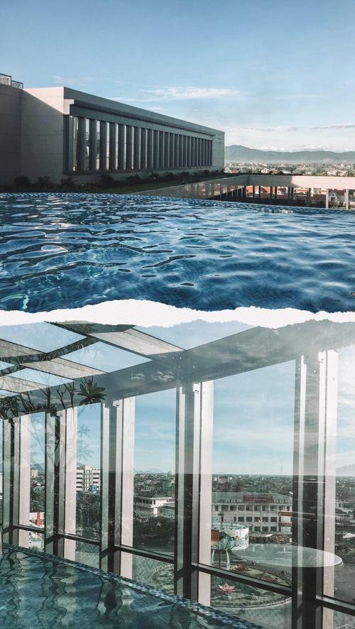 Bể bơi vô cực độc đáo với một nửa ở trong nhà và một nửa ngoài trời.