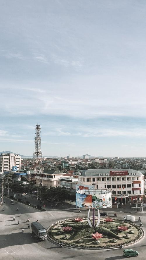 Cảnh thành phố nhìn xuống từ sân thượng.