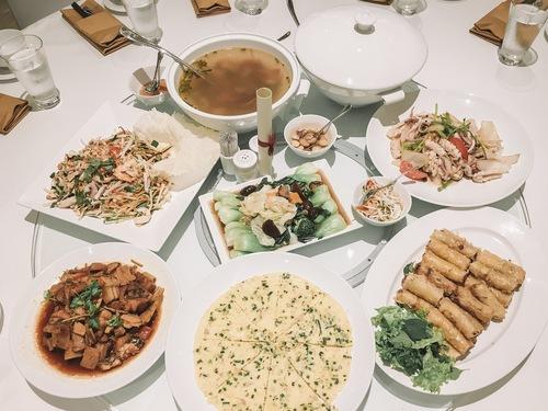 Nếu ở lại 2 đêm, bạn sẽ được khách sạn mời một bữa ăn tối với thực đơn phong phú cả món tây lẫn món Việt.