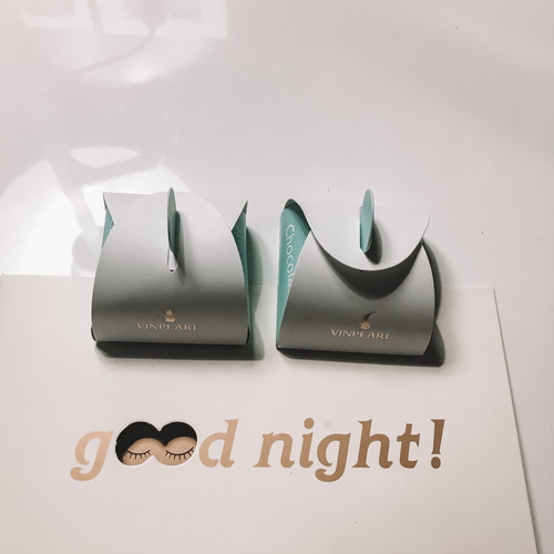 Mỗi tối sẽ có một tấm tiệp kèm hộp sô-cô-la dễ thương để chúc các bạn ngủ ngon.