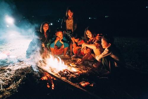 Tối hôm ấy có các em đến chơi với chúng mình đông lắm. Em còn giúp mình nhóm củi lửa nữa, đôi tay em thoăn thoắt, thế là ngọn lửa bùng lên. Rồi hơn 11 đứa, bao gồm 10 đứa nhóc nhỏ và 1 đứa nhóc to ( là mình) thi nhau ôm rơm đem vào đống lửa thả.