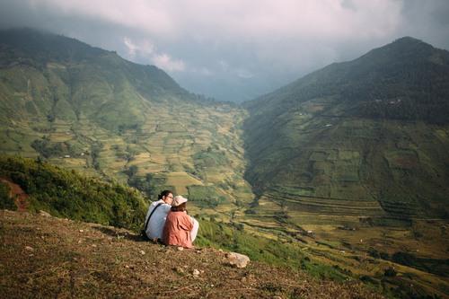 Đi theo con dốc lên bản Lìm Mông sẽ tới những đồi đất, từ đây nhìn xuống là cả thung lũng vô cùng xinh đẹp trong nắng bình minh. Chúng mình cứ ngồi lâu như hai con mèo tắm nắng vậy, tại nắng ấm quá mà!